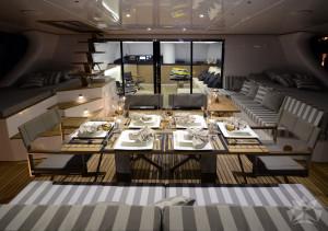 Jacht żaglowy 58 stóp jadalnia w kokpicie